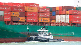 Remorqueur Z-FOUR outre du bâbord du cargo SEASPAN HAMBOURG photos libres de droits
