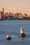 Remorqueurs de Reinauer dans l'East River Image stock