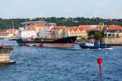 Remorqueurs tirant le bateau-citerne en le Curaçao Photographie stock libre de droits