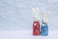 Remorquez la petite poupée de lapin dans la robe bleue et rouge japonaise au-dessus du fond brouillé image libre de droits