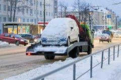 Remorquez la voie emportant la voiture, qui gêne le nettoyage des rues de la neige photos stock