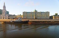 Remorquez le bateau en rivière de Moscou devant le compa russe principal d'huile Photographie stock