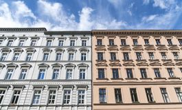Remorquez les vieilles maisons et le ciel bleu à Berlin Photo stock