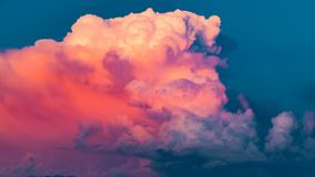 Remous brillamment rouge de cumulus au coucher du soleil Timelaps banque de vidéos