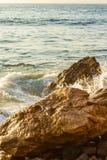 Remous d'océan autour des rochers avec l'éclaboussure avec la texture d'étendue d'océan photographie stock
