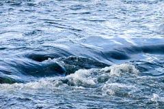 Remous dans le fleuve Photos stock
