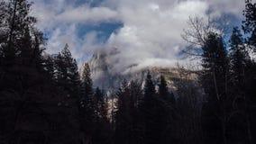 Remous de nuages placé sur le demi dôme banque de vidéos