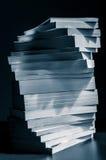 Remous des livres empilés dans le bleu noir et blanc modifié la tonalité Image stock