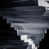 Remous des livres empilés dans le bleu noir et blanc modifié la tonalité Photographie stock libre de droits
