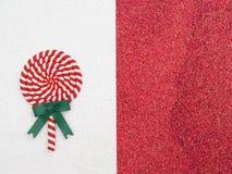 Remous rouge de lucette sur le fond rouge Traitement au four de Noël Concept de vacances Copiez l'espace Configuration plate Photos stock
