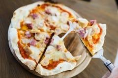 Remova a pizza de salsicha do cozinheiro chefe. Fotos de Stock Royalty Free