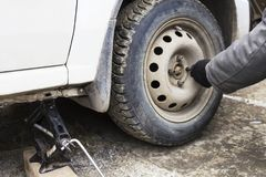 Remova a porca a roda de um carro Fotografia de Stock Royalty Free