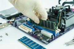 remova RAM do soquete no prato principal Fotografia de Stock