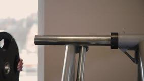 Removendo as placas do peso do Barbell de Deadlift no Gym filme
