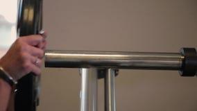 Removendo as placas do peso do Barbell de Deadlift no Gym video estoque