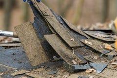 Removendo as telhas velhas Imagem de Stock Royalty Free