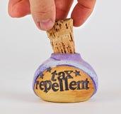 Removendo a cortiça ao frasco do repellent do imposto