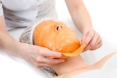 Removendo a máscara facial destacável do alginate imagens de stock royalty free