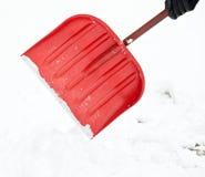 Removendo a neve com uma pá imagem de stock