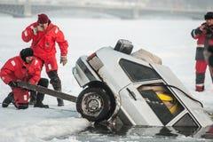 Removendo o carro fora do gelo-furo Imagem de Stock Royalty Free