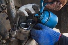 Removendo o compasso de calibre do freio Imagem de Stock Royalty Free