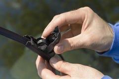 Removendo o limpador danificado do braço Fotografia de Stock