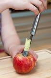 Removendo o núcleo da maçã Imagem de Stock