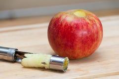Removendo o núcleo da maçã Imagens de Stock