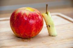 Removendo o núcleo do ` s da maçã foto de stock royalty free