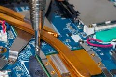 Removendo o radiador refrigerando do processador central do laptop imagem de stock royalty free