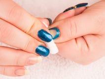 Removendo o verniz para as unhas com a almofada de limpeza do algodão Imagens de Stock Royalty Free