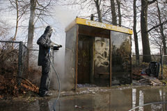 Removendo os grafittis do paragem do autocarro Fotografia de Stock