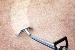 Removendo a sujeira do tapete com o líquido de limpeza profissional dentro imagens de stock royalty free