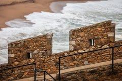 Rempart défensif de mur en pierre par la mer photo stock