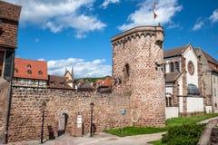 Remparts au centre de ville d'Obernai, itinéraire de vin d'Alsace, France images stock