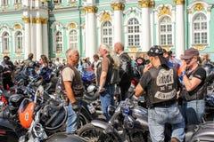 Remplaçant de personnes avec des motos image libre de droits