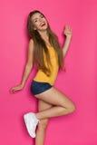 Remplaçant riant de jeune femme sur une jambe Photographie stock libre de droits