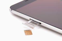 Remplacement de la carte de SIM dans le téléphone photo libre de droits