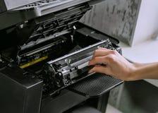 Remplacement de la cartouche dans l'imprimante à laser photographie stock