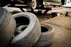 Remplacement de pneu Photographie stock libre de droits