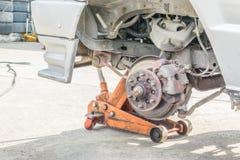 Remplacement de pneu de roue de voiture Images stock