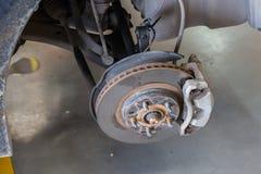 Remplacement de pneu de roue de voiture, moyeu de roue de voiture, frein à disque Photo stock
