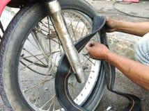 Remplacement du pneu de moto Photos stock