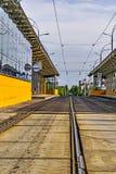 Remplacez l'arrêt de tram shoted de la distance photographie stock libre de droits