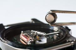 Remplacez la batterie dans une montre-bracelet image stock