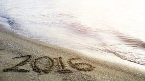 Remplacez le concept 2016 sur la plage de sable Photos stock
