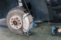 Remplacez le frein ancien sur la voiture images stock