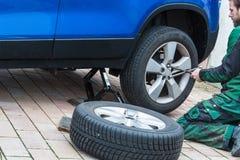 Remplacez le pneu d'été Photographie stock libre de droits