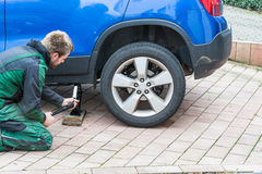 Remplacez les pneus d'été contre des pneus d'hiver Images stock