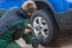 Remplacez les pneus d'été contre des pneus d'hiver Photo libre de droits